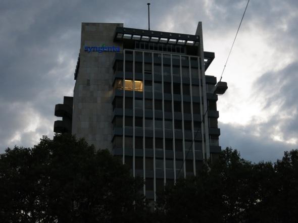 Bürogebäude am frühen Abend, 8 Stockwerke; nur ein Fenster im 5. Stock erleuchtet